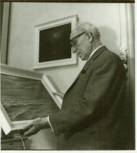 Borgman bekijkt één van zijn schilderijen (1968).